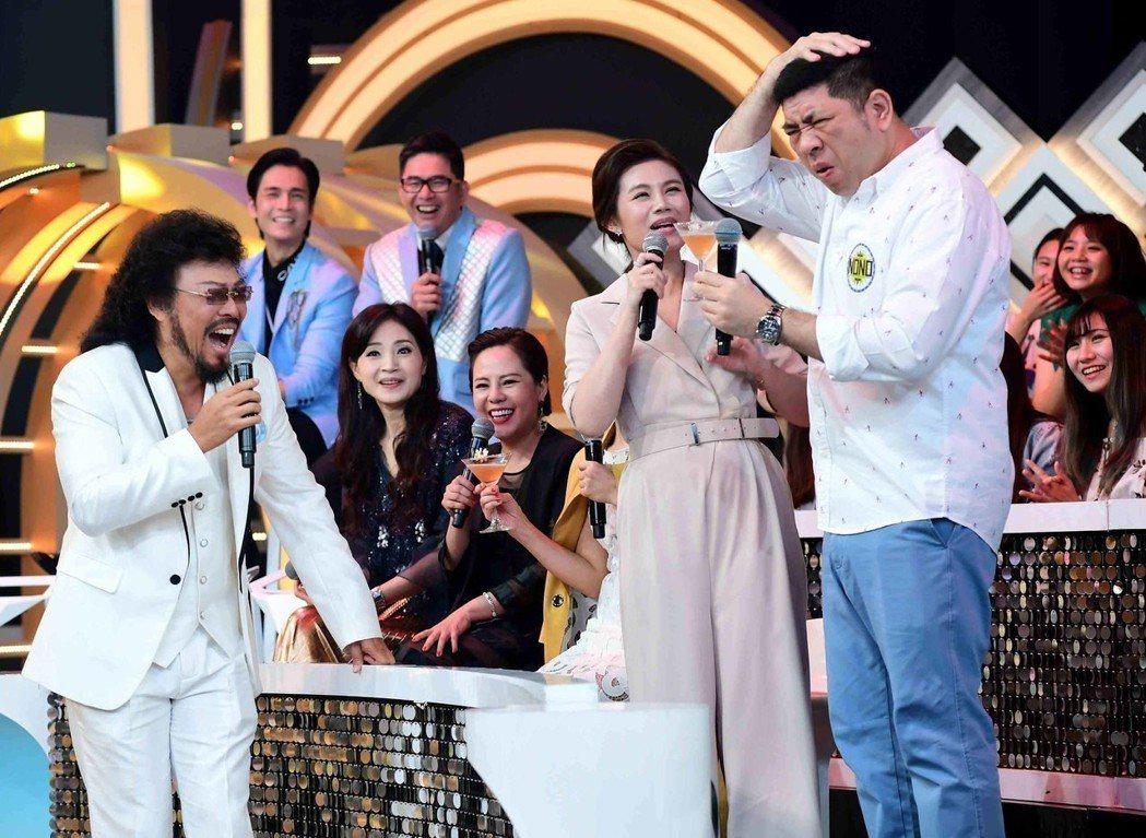 NONO(右起)帶著老婆朱海君跟張菲鬥嘴。圖/華視提供