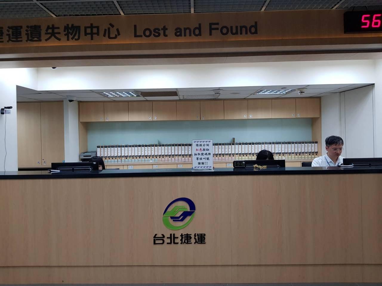 台北捷運因應不少旅客遺失物品,於台北車站設有遺失物中心貼心服務失主,如今傳出遭1...