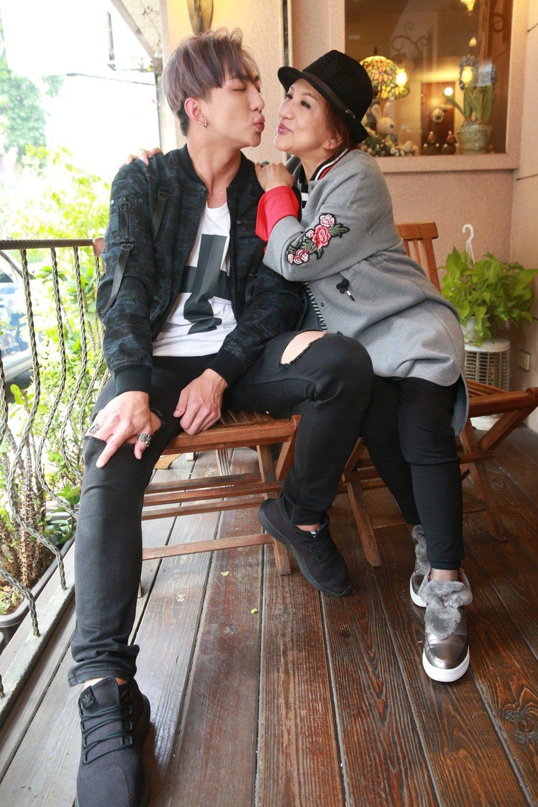 藝人SpeXial明杰和媽媽許仙姬專訪。記者黃義書/攝影