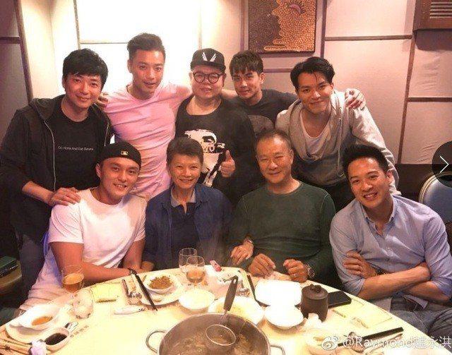 李修賢(前排右二)雖然已經65歲,仍看起來相當硬朗。圖/摘自微博