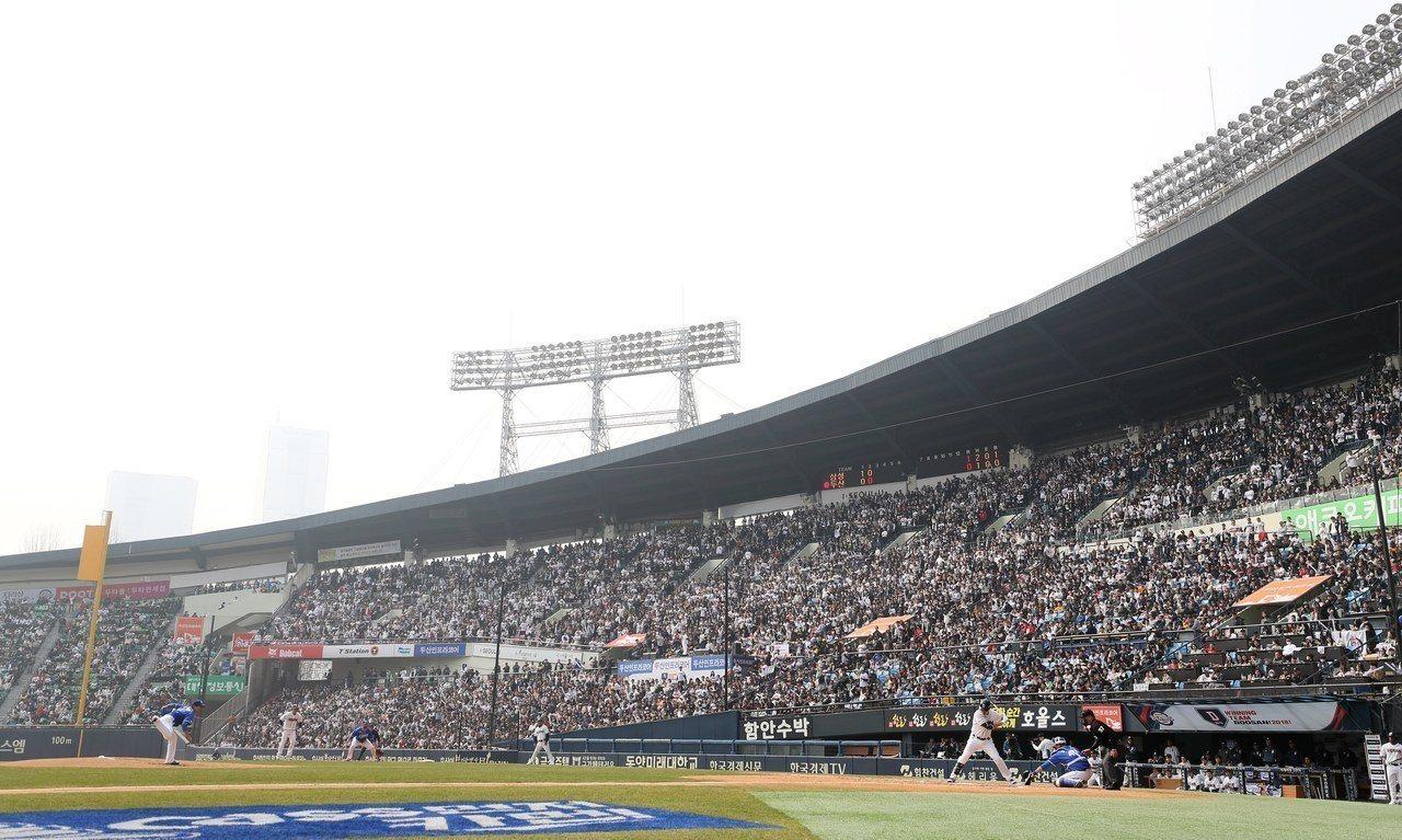 南韓職棒新賽季3月24日在首爾蠶室球場揭開序幕。歐新社