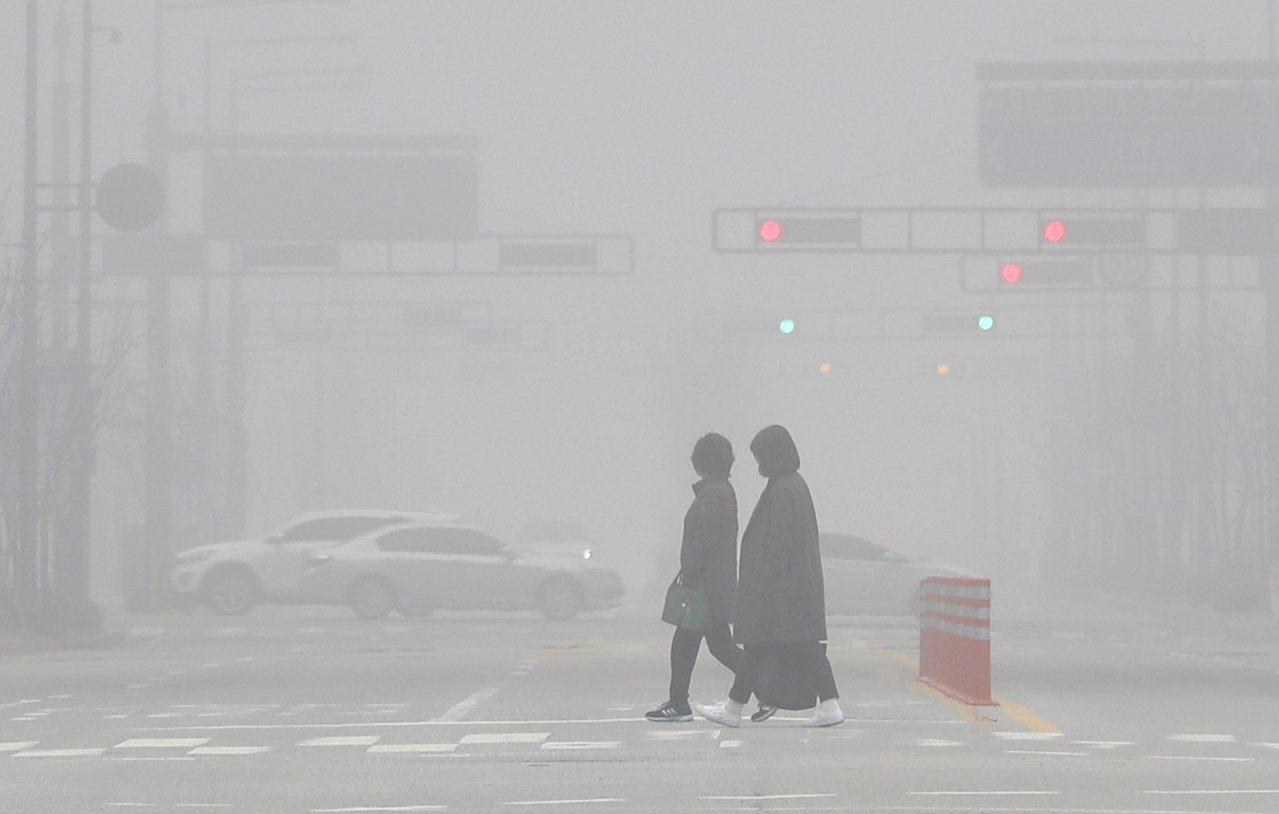南韓霧霾嚴重,圖為首爾南邊120公里處的世宗特別自治市,街道一片霧茫茫。歐新社
