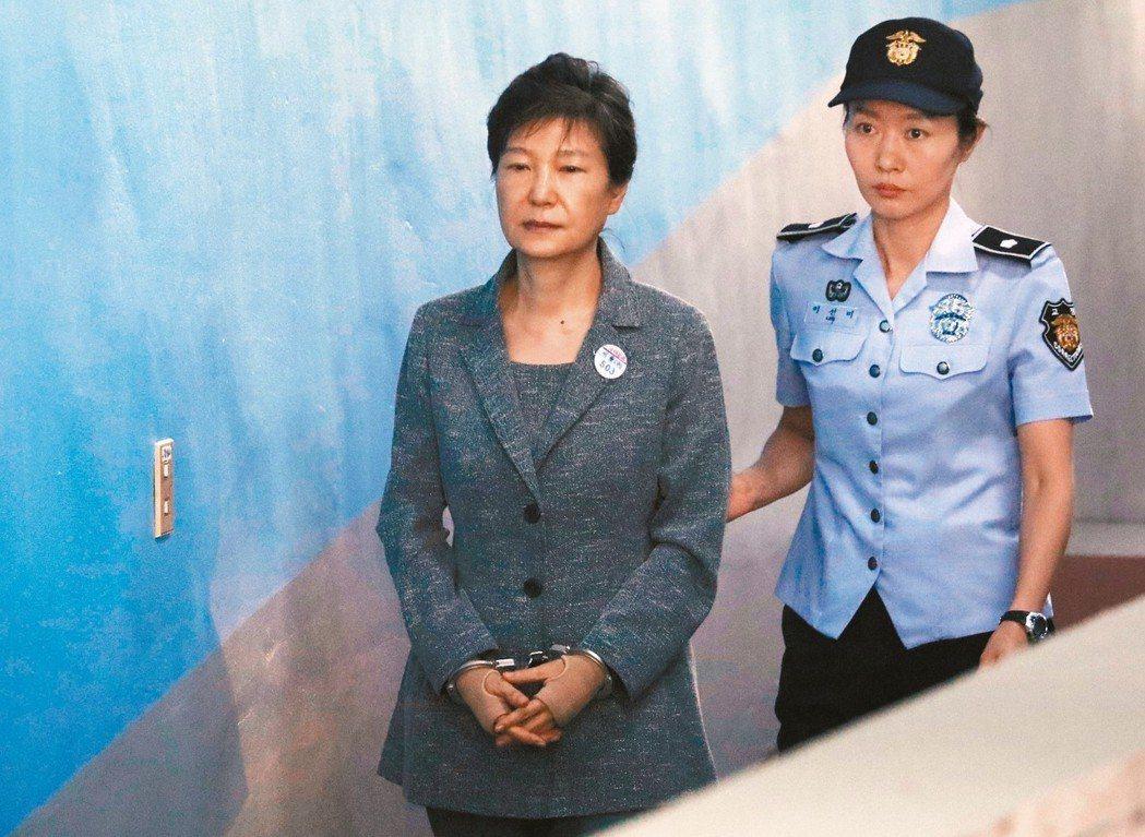 朴槿惠因濫權、收賄被重判24年徒刑,圖為她去年8月出庭。 (美聯社)