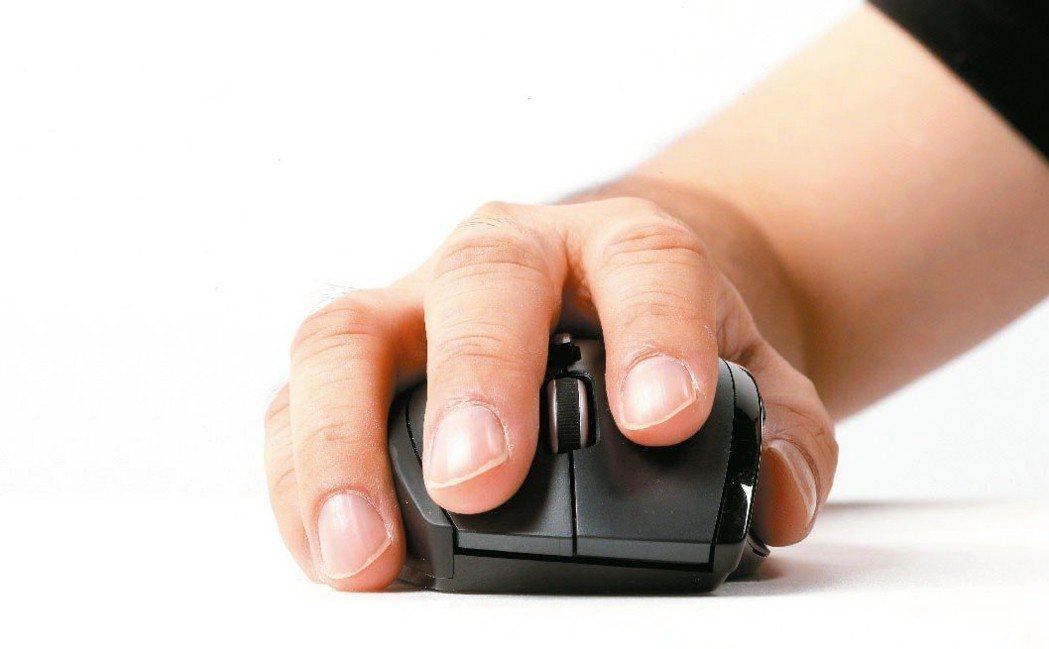 經常打字、使用滑鼠的電腦族可能面對俗稱「滑鼠手」的腕隧道症候群困擾。聯合報系資料...