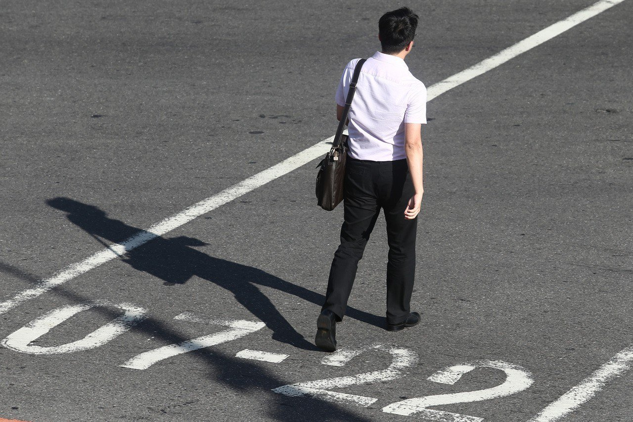 上班族示意圖。1111人力銀行調查發現,有24.63%坦言高學歷反而是「扣分」,...