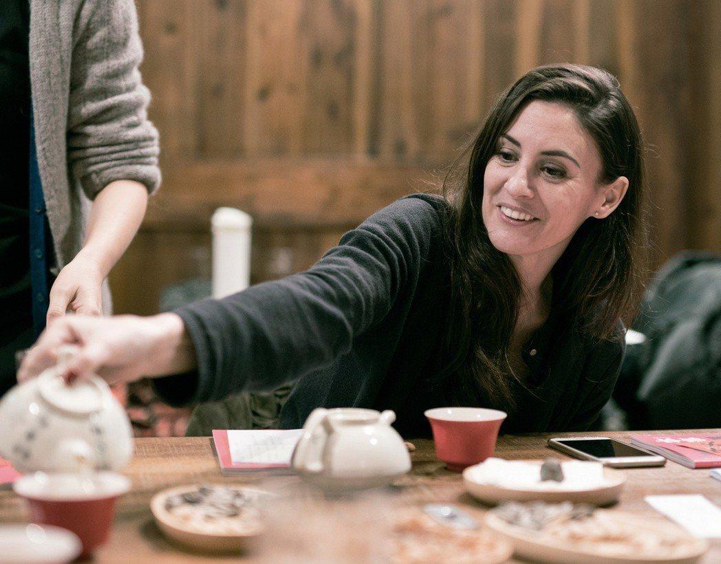 茱莉一邊嗑著桌上的開心果一派輕鬆的問:「我可以繼續吃嗎?」 圖/衛武營國家藝術文...