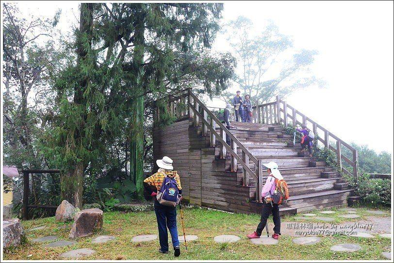 ↑觀景台步道的終點,是一座木構觀景平台,天氣好的時候,可以收覽林場的森林天際線,...