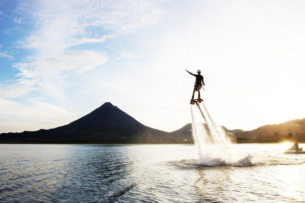 水上鋼鐵人可衝到三層樓的高度。 圖/樂趣灣國際娛樂有限公司提供
