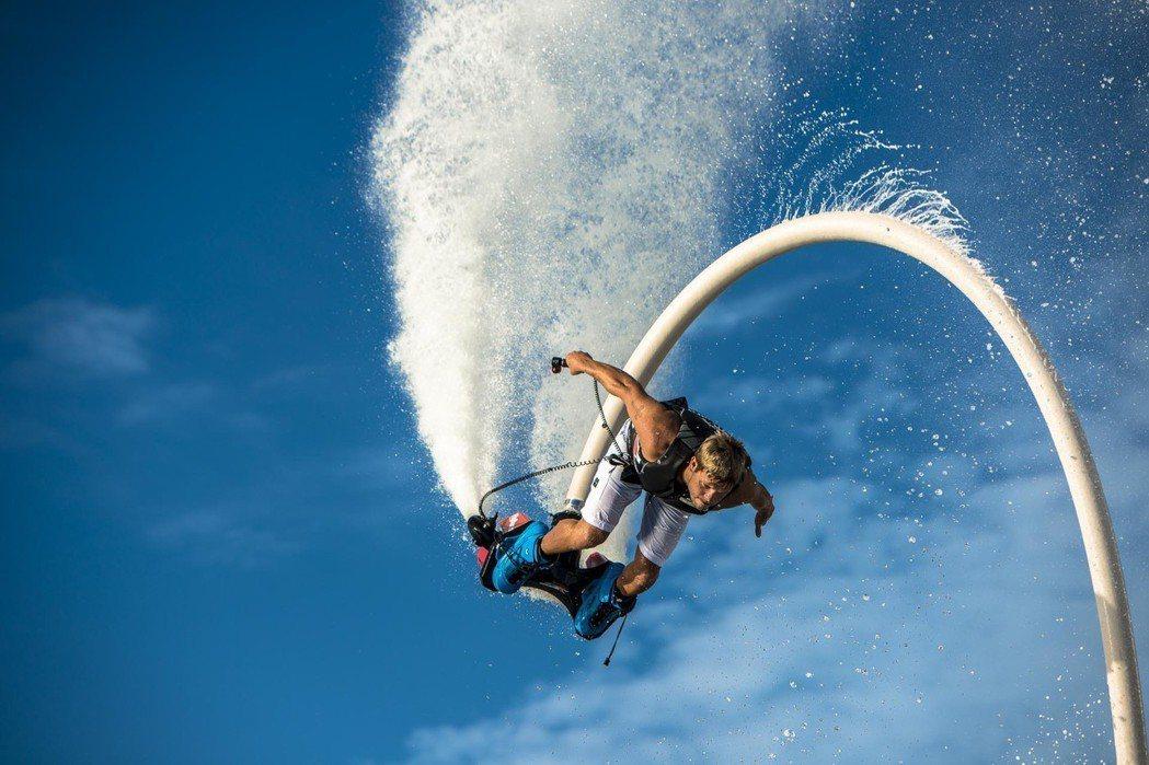 水上鋼鐵人玩家只需練習5至10分鐘,就可飛離水面短暫浮空。 圖/樂趣灣國際娛樂有...