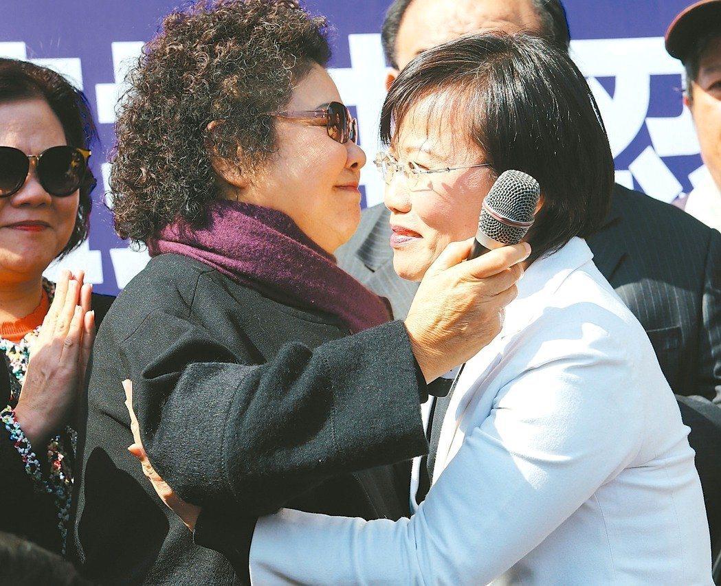 劉世芳(右)在陳菊(左)出書掀波後,宣布退出民進黨高雄市長初選。 圖/聯合報系資...