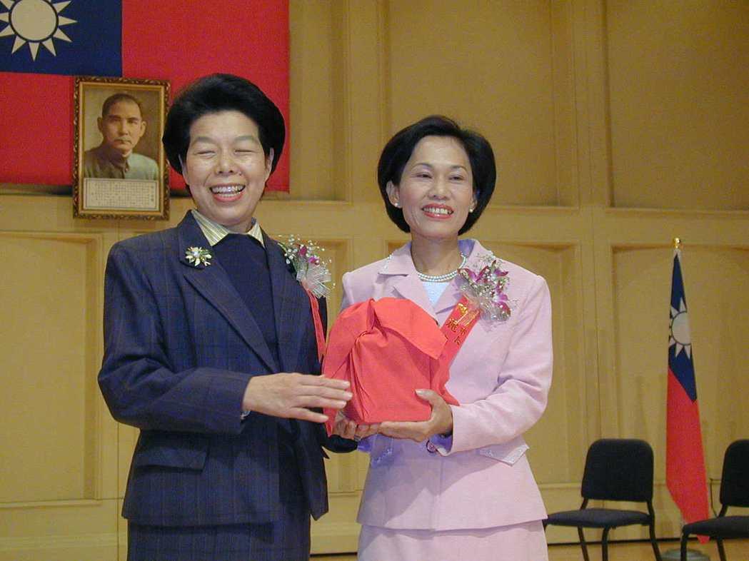 2001年張博雅(左)將市長印信交給第六屆嘉義市長陳麗貞(右)。 圖/聯合報系資...