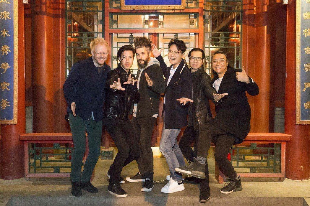 張信哲(右三)結束演唱會與工作人員樂手歡喜慶功。圖/潮水音樂提供