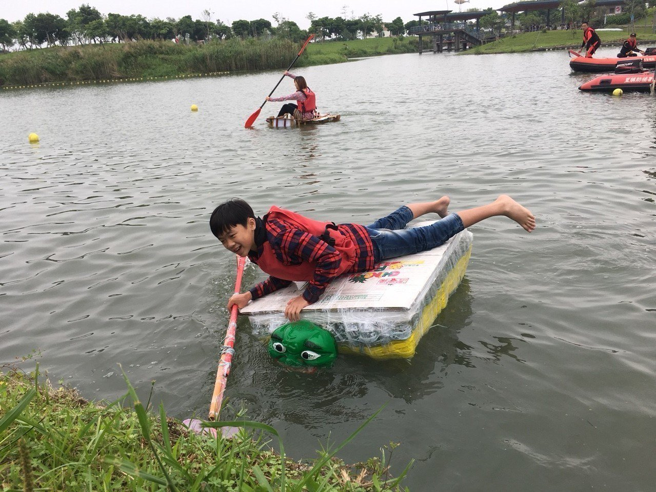海洋垃圾漂浮成地球公害,宜蘭縣環保局卻用來打造載人的綠舟,今天還在冬山河上舉辦漂...