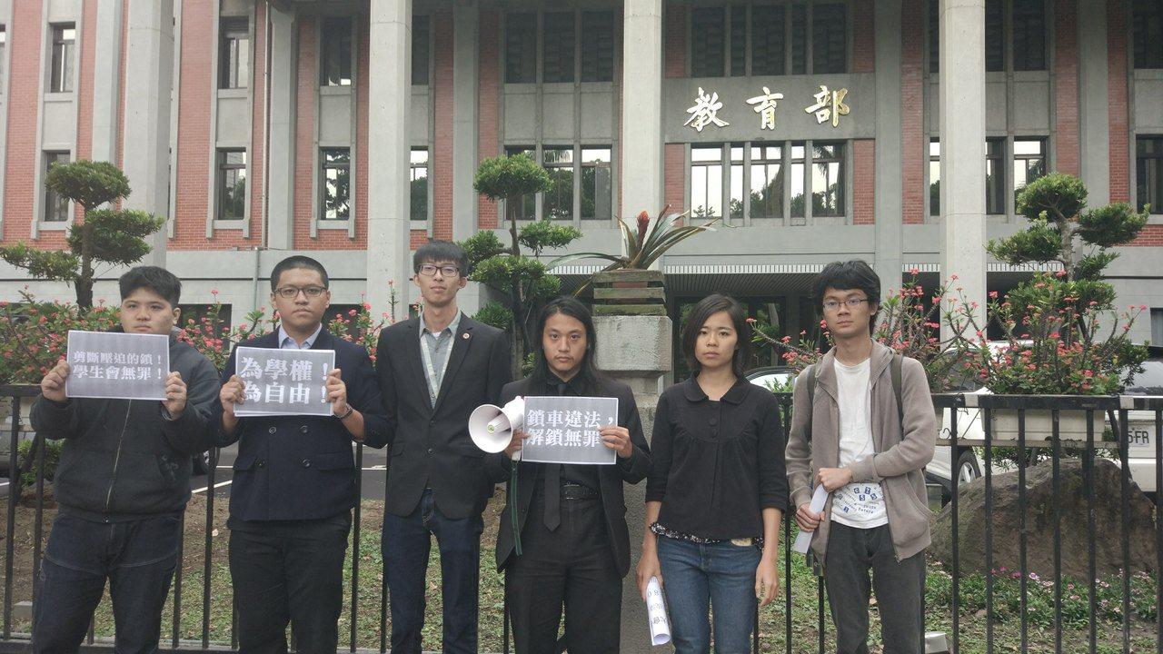 屏東科技大學學生會會長招有倫(右三)不滿學校揚言告學生因而赴教部抗議。記者林良齊...