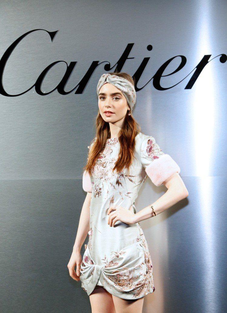 莉莉柯林斯搭配復古頭巾的造型非常時髦。圖/卡地亞提供