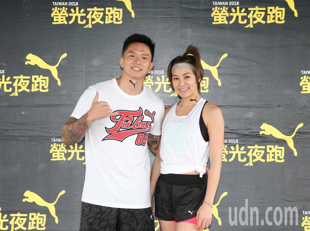 劉雨柔(右)與老公黃育仁(左)參加2018PUMA螢光夜跑。記者徐兆玄/攝影
