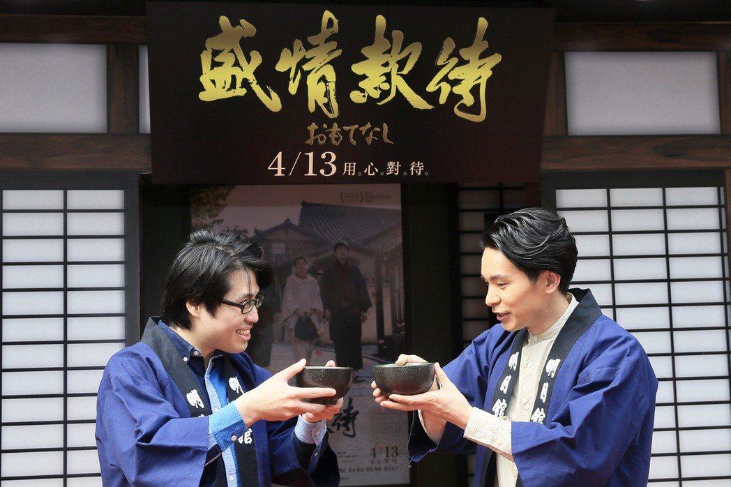 台日合作的清新電影《盛情款待》在台北SOGO忠孝館前搭起劇中場景「明月館」,昨天