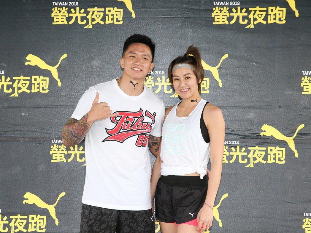 劉雨柔(右)與老公黃育仁(左)昨天參加2018PUMA螢光夜跑。記者徐兆玄/攝影