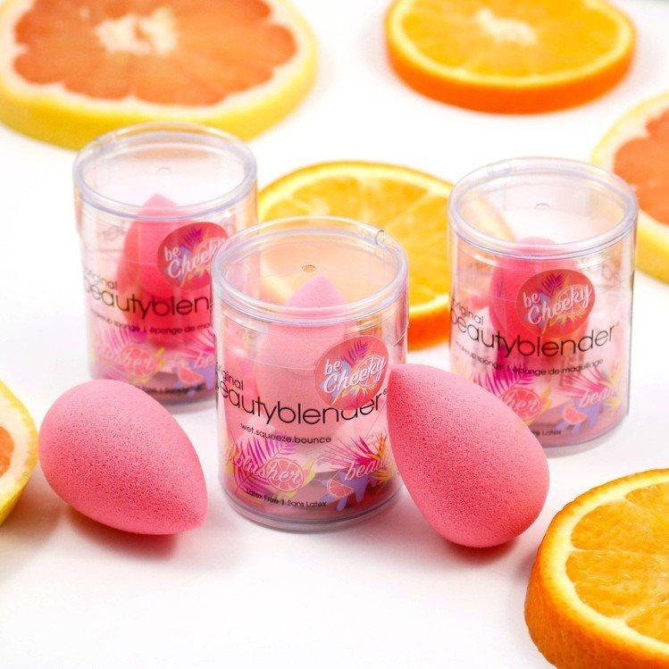 beautyblender Cheeky香柚紅修容美妝蛋,售價590元。 圖/b...