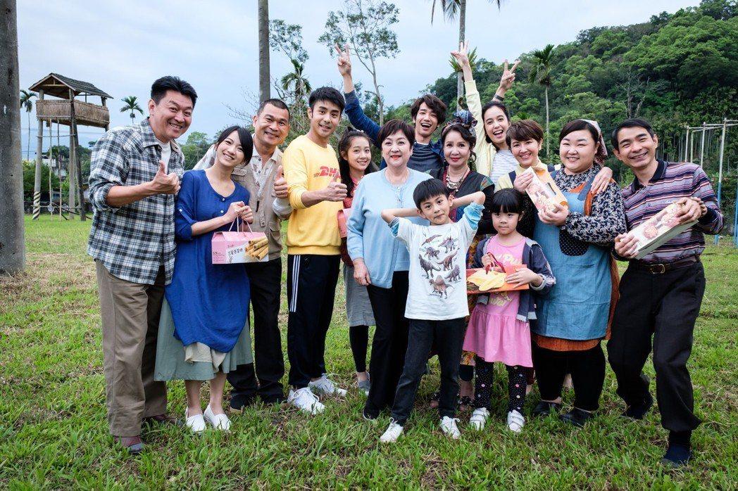 甄珍特地到花蓮探兒子劉子千的班,劇組演員超High。圖/歐銻銻娛樂提供