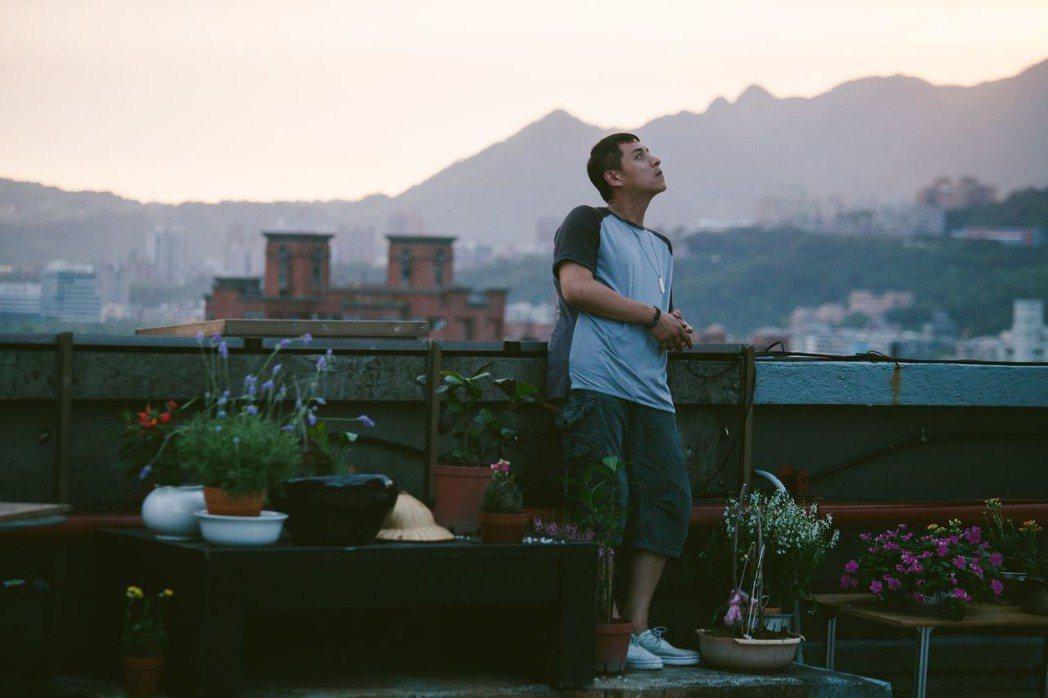 鄭人碩在「天台上的魔術師」中飾演地痞角色。圖/公視提供