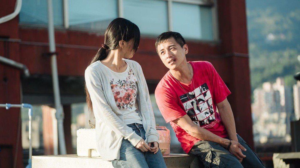 吳可熙(右)、鄭人碩演出「天台上的魔術師」兩者經常有情緒飽滿的對手戲。圖/公視提...