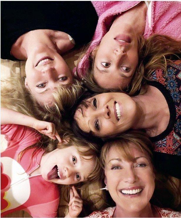 珍西摩爾(右下)珍惜和家人相聚的時光。 圖片取自/janeseymour Ig
