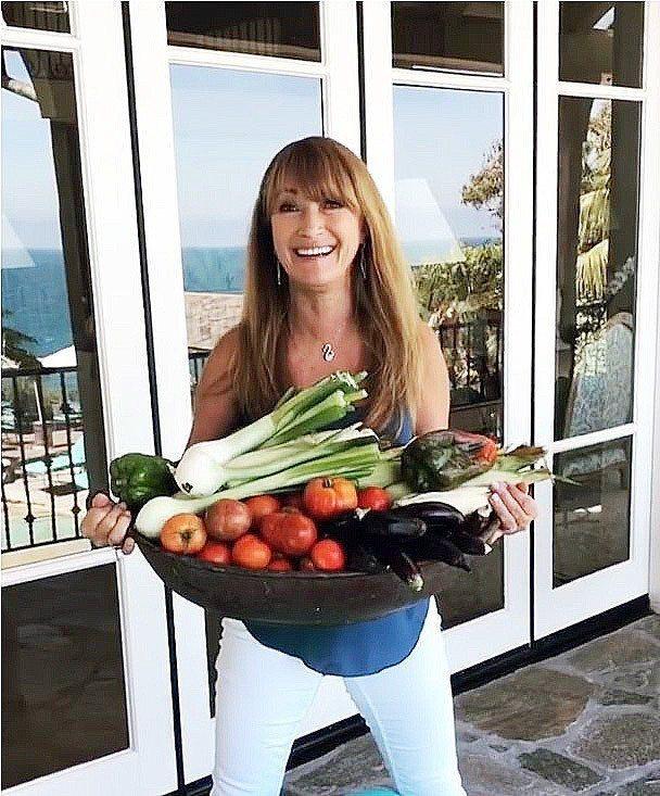 珍西摩爾捧著自家種植的蔬果,那是她保持年輕健康的祕訣之一。 圖片取自/janes...