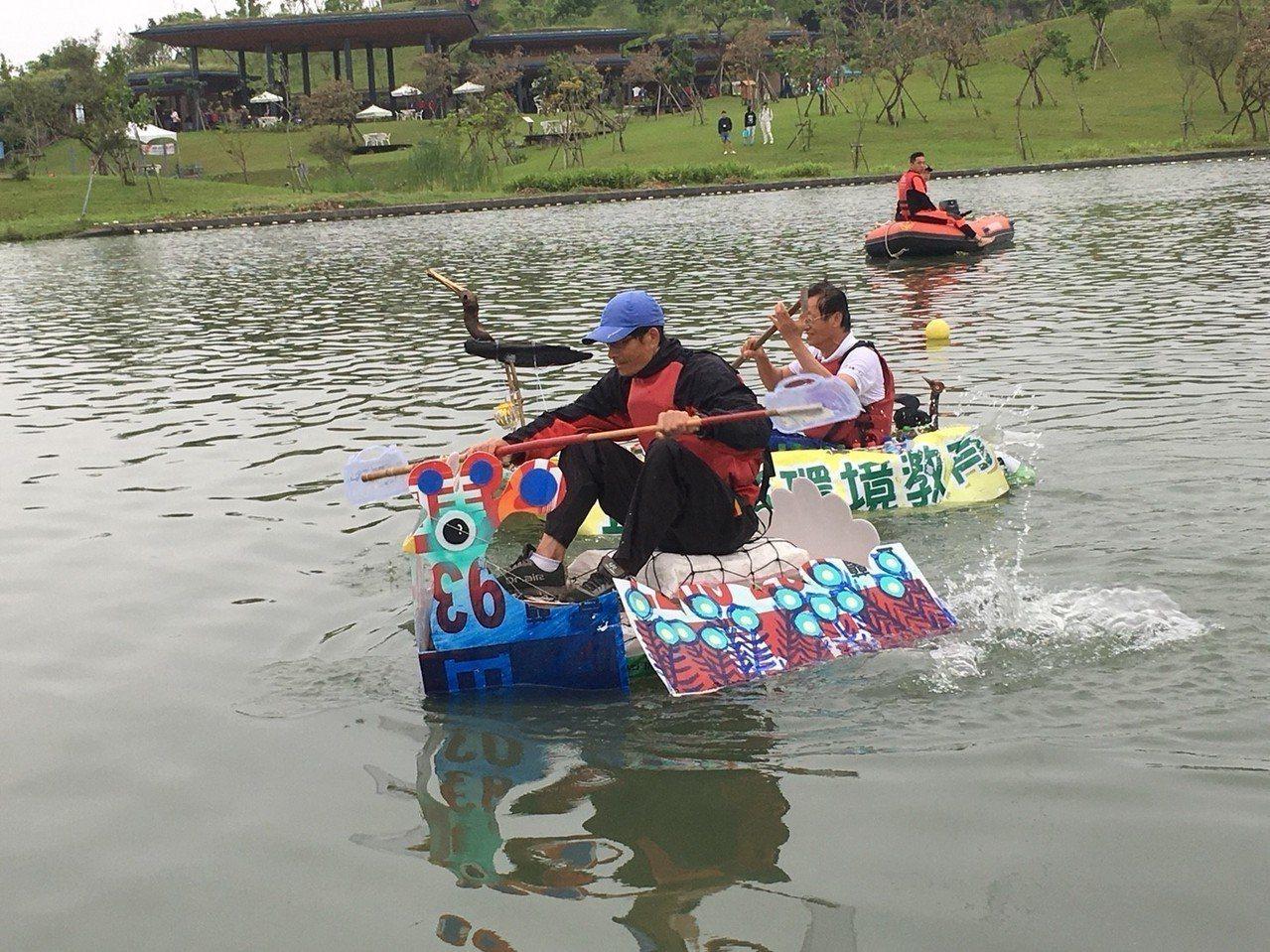 海洋垃圾打造載人的綠舟舉辦漂浮比賽,拚速度,拚人氣,拚美麗。 圖/宜蘭縣政府提供