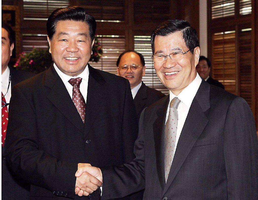 2005年中共全國政協主席賈慶林(左),在博鰲論壇會場和蕭萬長見面。 圖/聯合報...