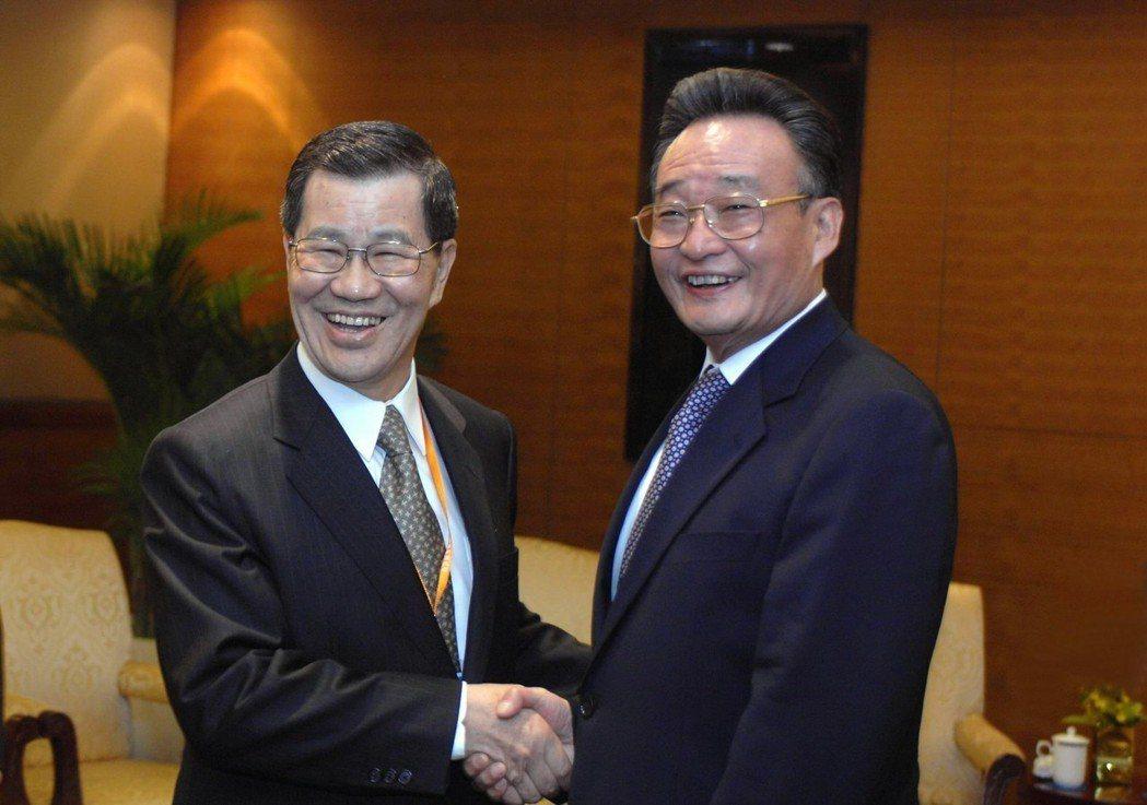 2007年蕭萬長在博鰲會見中共第三號人物、人大常委會委員長吳邦國(右),並向吳建...