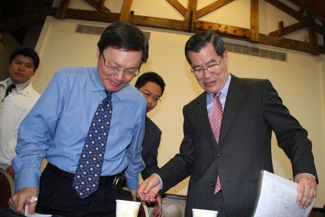 2008年蕭萬長率團參加在海南舉行的博鰲亞洲論壇年會,左為兩岸共同市場基金會諮詢...