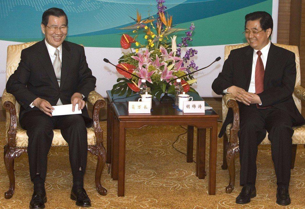 圖為蕭萬長(左)2008年在博鰲論壇與中國國家主席胡錦濤對談。 (美聯社)