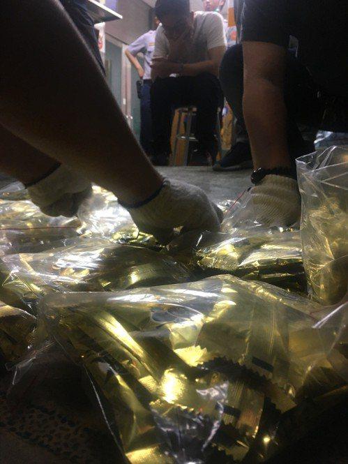 大同分局去年查到上百包毒品,派出所專案在清點咖啡包時,嫌犯上銬在一旁觀看。 記者...