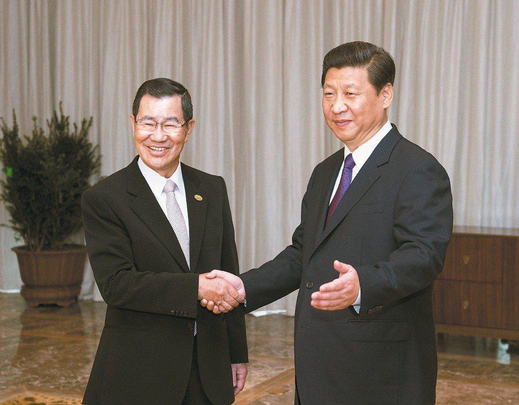 大陸國家主席習近平(右)2013年在博鰲論壇與前副總統蕭萬長(左)會面。 (中新...