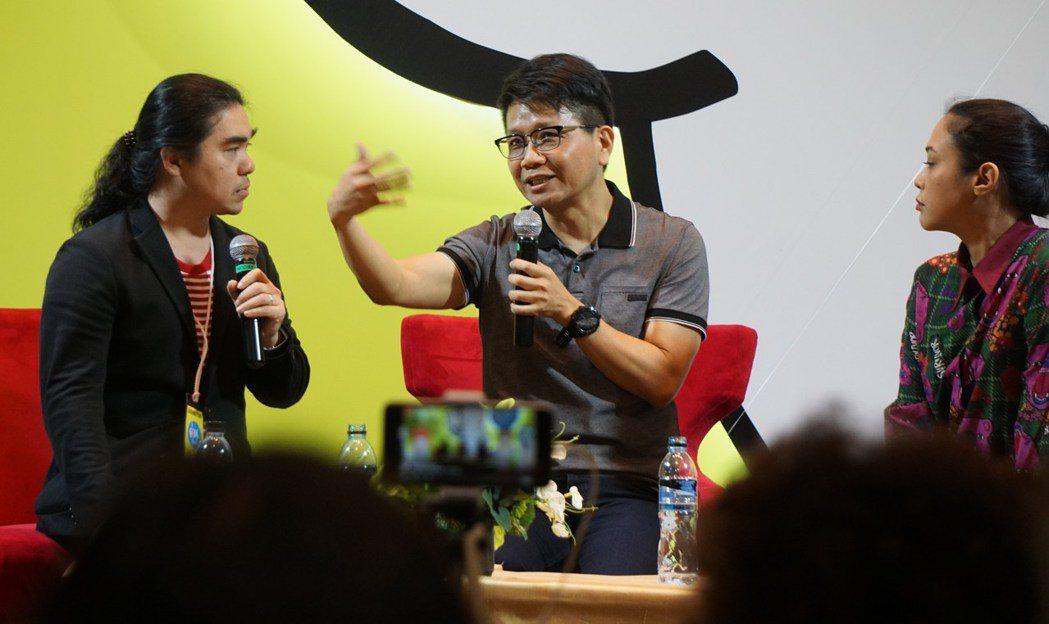 台灣作家侯文詠(中)的作品,連續兩年在泰國獲選為最值得閱讀的書籍之一,7日受邀請...