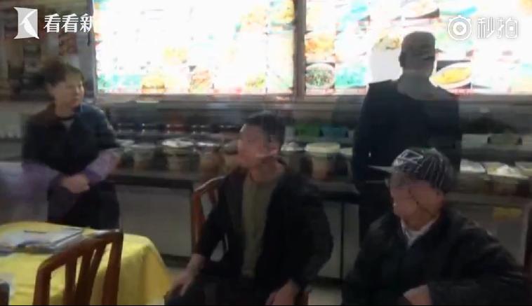 女客人在餐廳滑倒骨折,將病床搬到餐廳抗議,餐廳老闆(中)也叫來八旬老父(右)對抗...