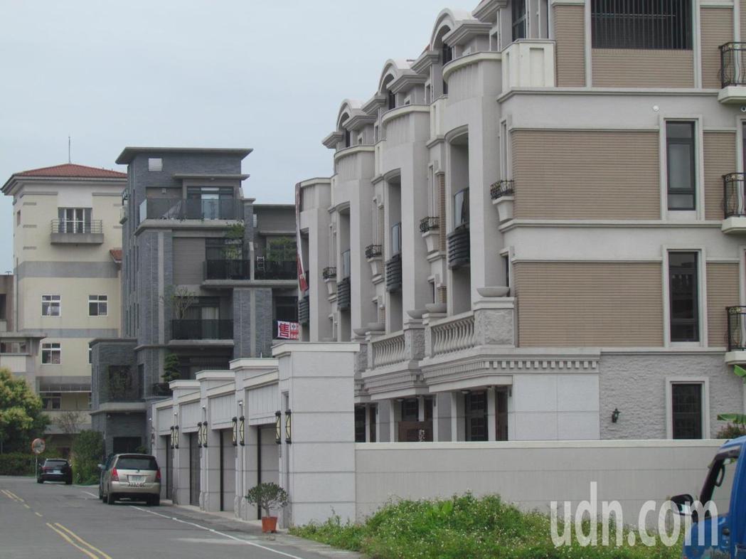 這二年中興新村的房的地產供給量太大,新社區的餘屋多,「遷都中興新村」,對當地的房...
