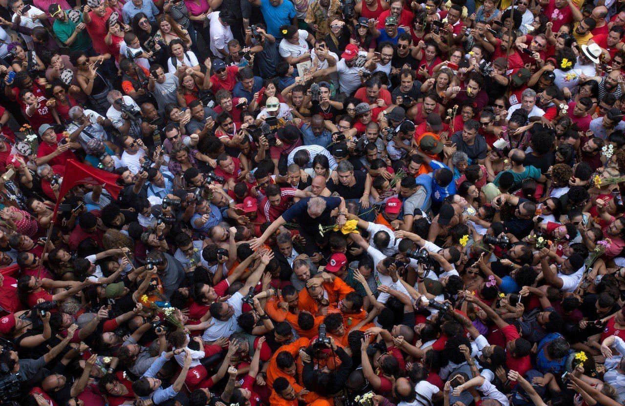 巴西前總統魯拉(圖中穿藍色短袖上衣者)7日走出藏身兩天的聖保羅附近冶金工人工會總...