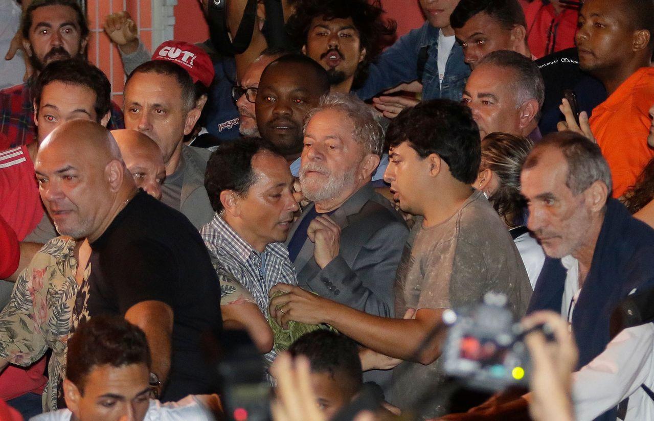 巴西前總統魯拉7日向警方報到,準備入監服刑。路透