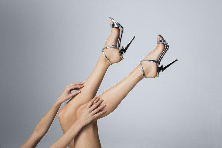 Giuseppe Zanotti在今年春夏將品牌代表性的「G」字標誌化為鞋跟,打...