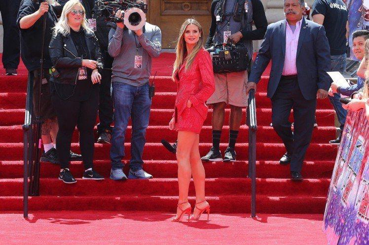 海蒂克隆穿紅色G-Heel高跟繫帶涼鞋出席活動。圖/Giuseppe Zanot...