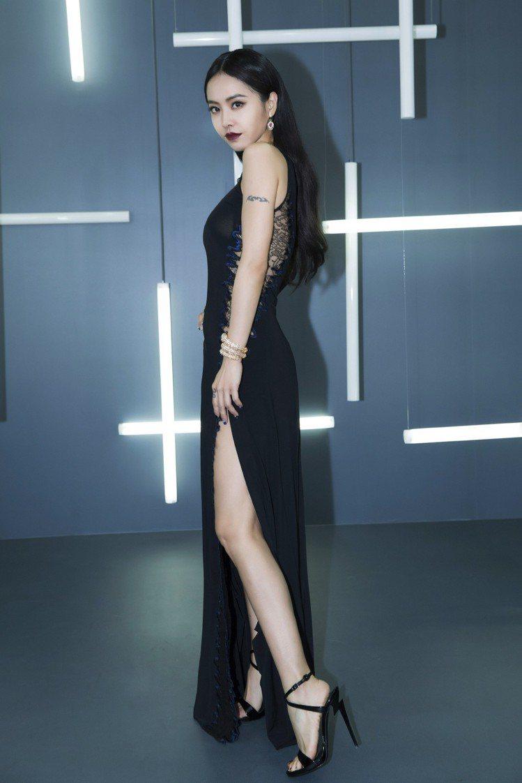 蔡依林日前在微博之夜盛典就選擇黑色G-Heel高跟繫帶涼鞋搭配性感黑色禮服。圖/...