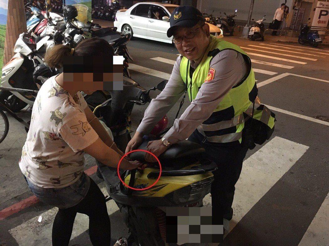 車鑰匙留在機車置物箱 女子深夜求助警察幫忙扳