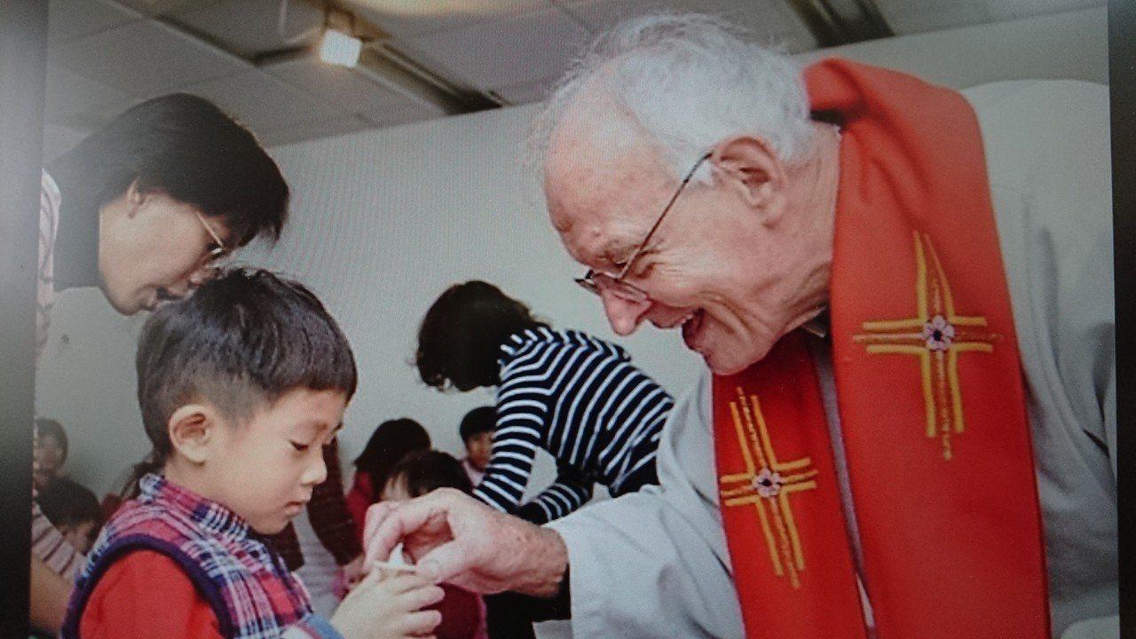 瑞士籍美善社福基金會執行長吳道遠神父(右)來台奉獻身障服務長達46年。記者吳淑玲...