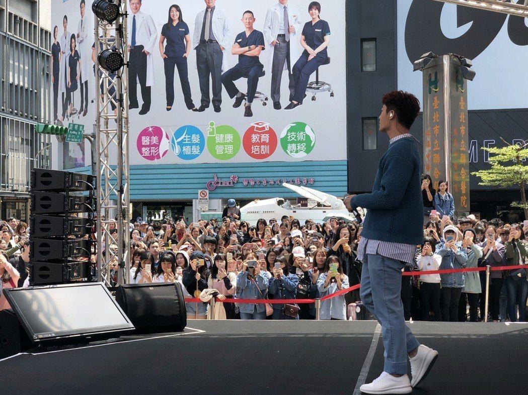 炎亞綸今在西門盯町舉行簽唱會。記者許晉榮/攝影