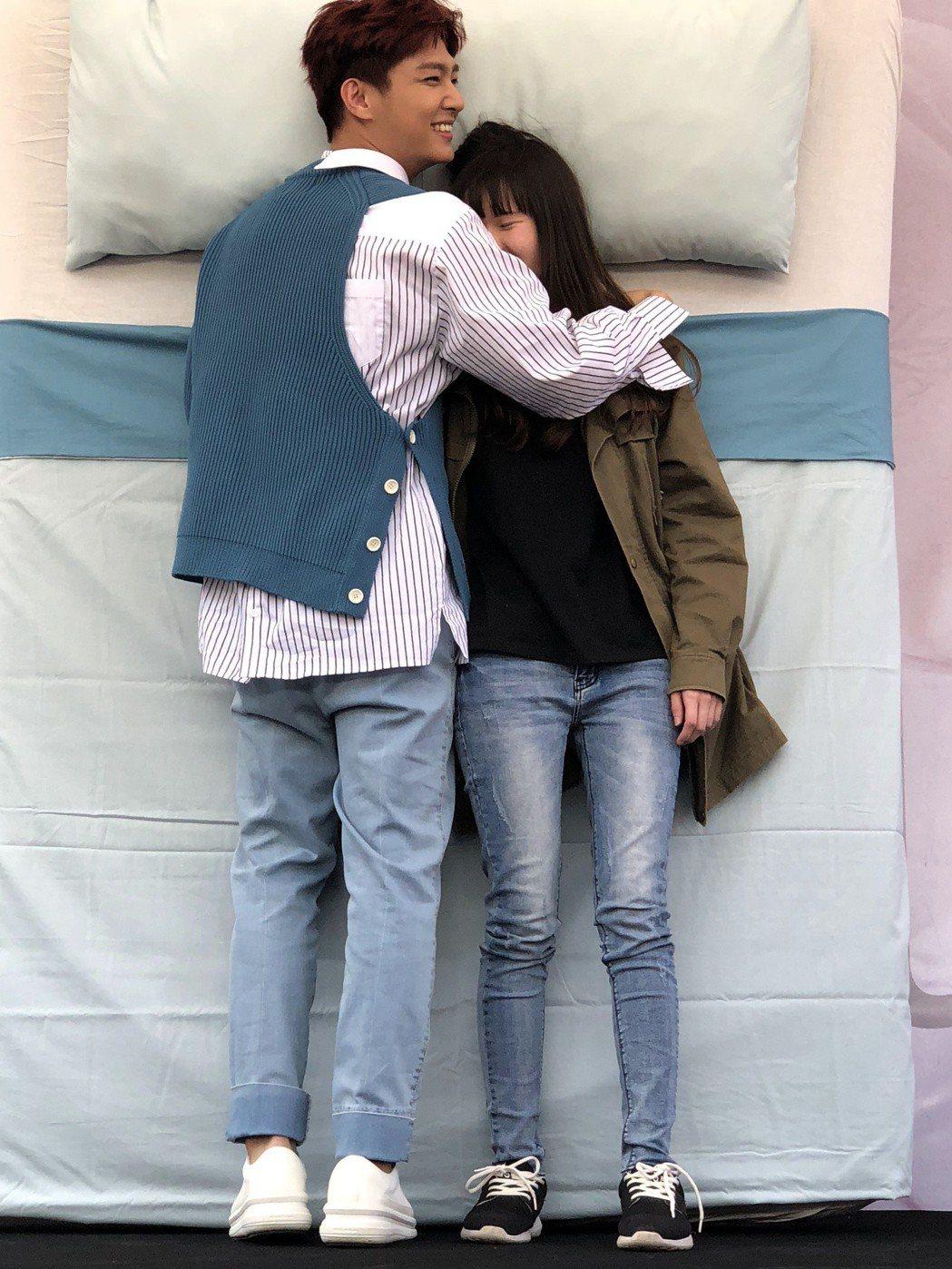 炎亞綸(左)與女粉絲滾床單。記者許晉榮/攝影