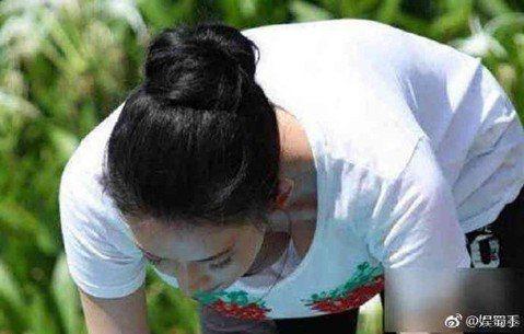 林志玲的感情生活成謎,日前甚至有媒體傳出她斷開情纏多年的言承旭,就是在於對方時常失蹤,雖未證實此事,但已讓許多粉絲心疼。林志玲與黃渤交情極好,多次一起上節目,曾有一次一起做瑜珈,竟被網友發現她在彎腰...