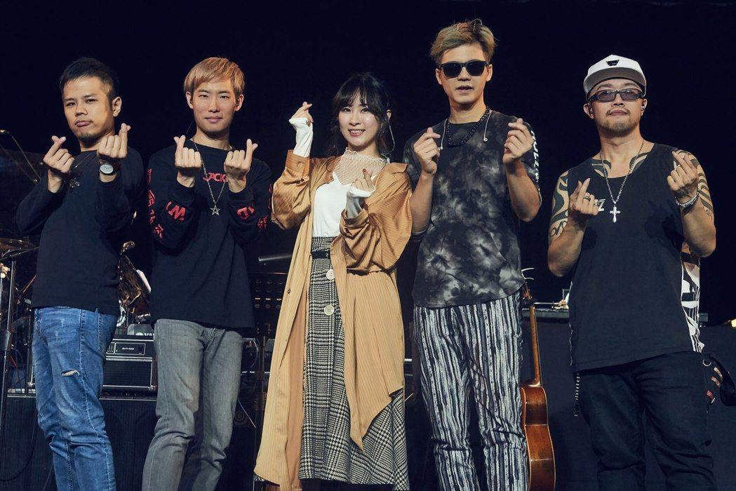 鄧福如(中)受邀擔任張三李四演唱嘉賓。圖/獨一無二娛樂提供
