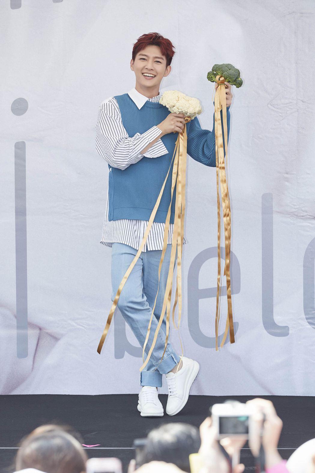 炎亞綸手拿花椰菜舉行簽唱會。圖/華研提供